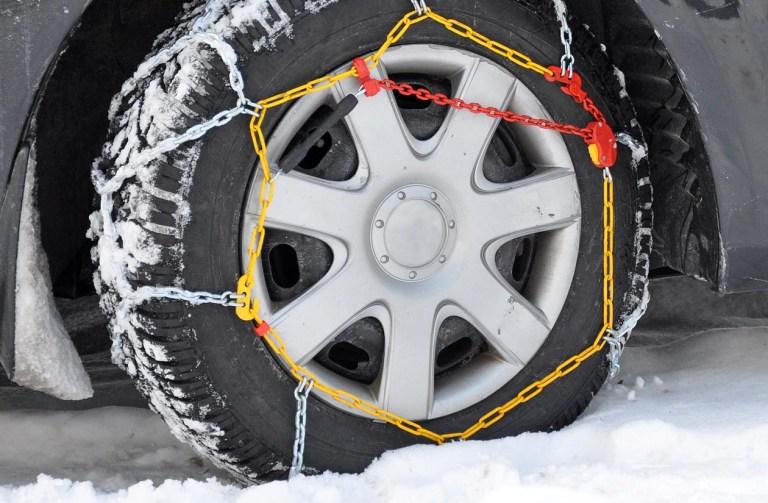 LLUVIA Enciende las luces de cruce para mejorar tu visibilidad. Orienta la calefacción interior del vehículo hacia los cristales para combatir el vaho. Ante el efecto aquaplaning (deslizamiento y descontrol del coche) levanta suavemente el pie del acelerador y sujeta con fuerza el volante, pero nunca frenes bruscamente. Ten presente que la distancia de frenado es mayor con lluvia, por lo que aumentaremos la Distancia de Seguridad con el vehículo delantero. Revisa el dibujo de tus neumáticos, debe estar entre 1,6 y 2 mm. NIEBLA Enciende las luces de cruce y las antiniebla. Adapta la velocidad y distancia de seguridad con el vehículo delantero en función de la visibilidad. No frenes bruscamente y evita los adelantamientos. En caso de cualquier incidencia en carretera, enciende inmediatamente los intermitentes de emergencia, faros y alumbrado antiniebla. Cuando la niebla sea muy densa, toma como referencia las marcas viales de la derecha de la calzada. En autopista y autovía circula siempre por el carril derecho. Presta especial atención a los vehículos de 2 ruedas y a peatones por ser menos visibles con niebla.